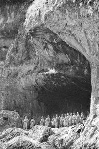 In diesen Höhlen liebsten vor vielen tausend Jahren Menschen, die das erste Getreide der Welt anbauten. Jetzt haben die kurdischen Partisanen hier bombensicheren Schutz gefunden